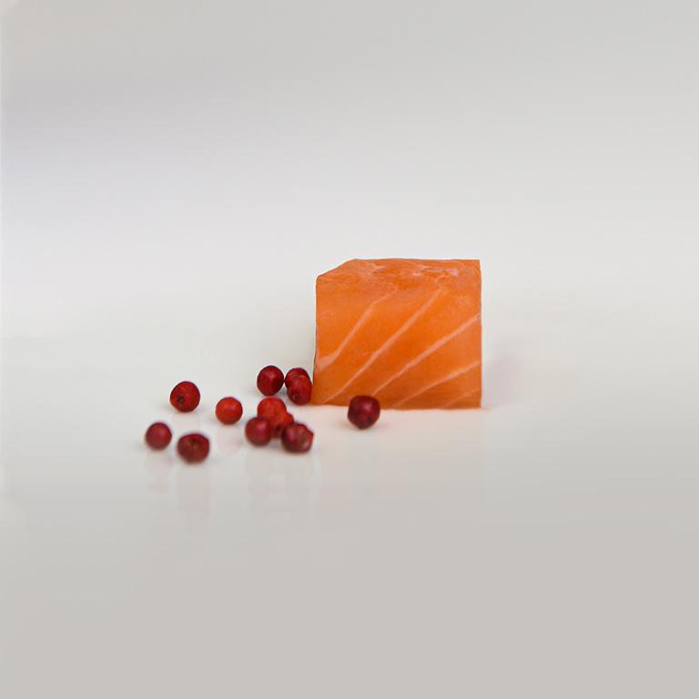 Dé de saumon et poivre rouge