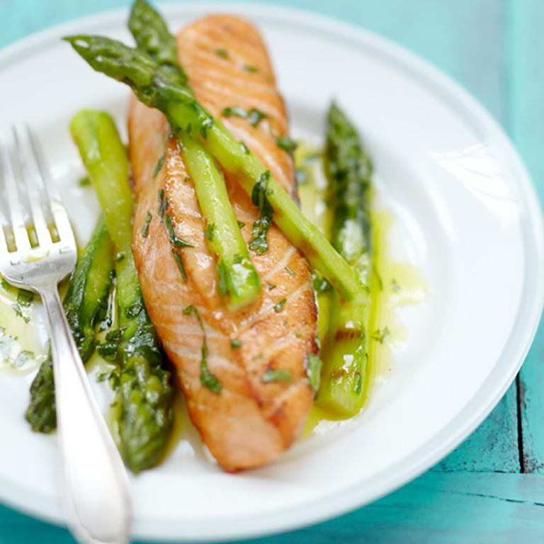 Pavé de Saumon écossais Label Rouge aux asperges vertes grillées, vinaigrette à l'orange