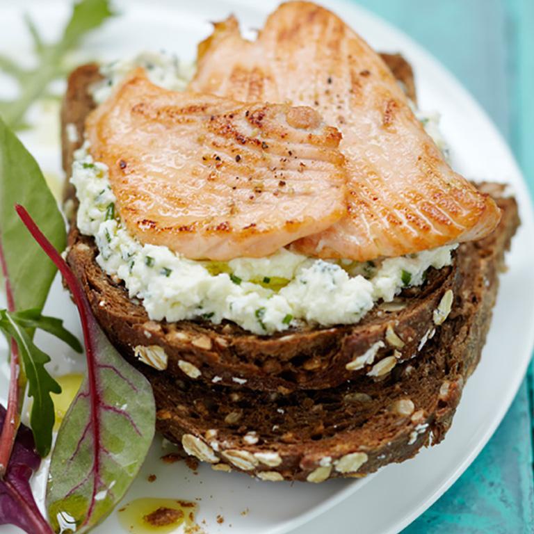 Tartine de fromage frais à la ciboulette et minute de Saumon écossais Label Rouge grillé