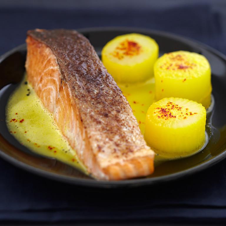 Pavé de Saumon écossais Label Rouge sur peau croustillante à la muscade, bouchons de pomme de terre et de navet au safran