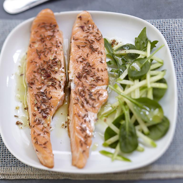 Saumon écossais Label Rouge mi cuit au carvi, jeunes pousses d'épinard et pomme verte au citron