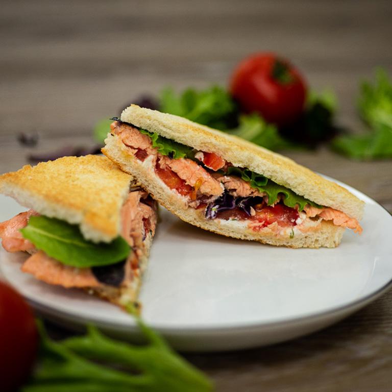 Club sandwich de saumon au chèvre frais comme un burger