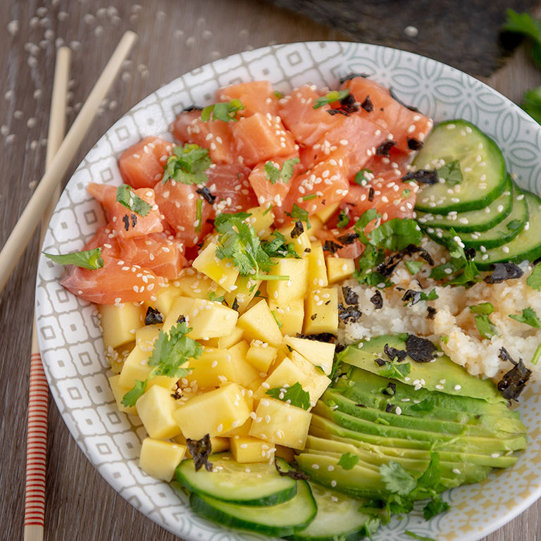 Pokebowl saumon, avocat, concombre et mangue