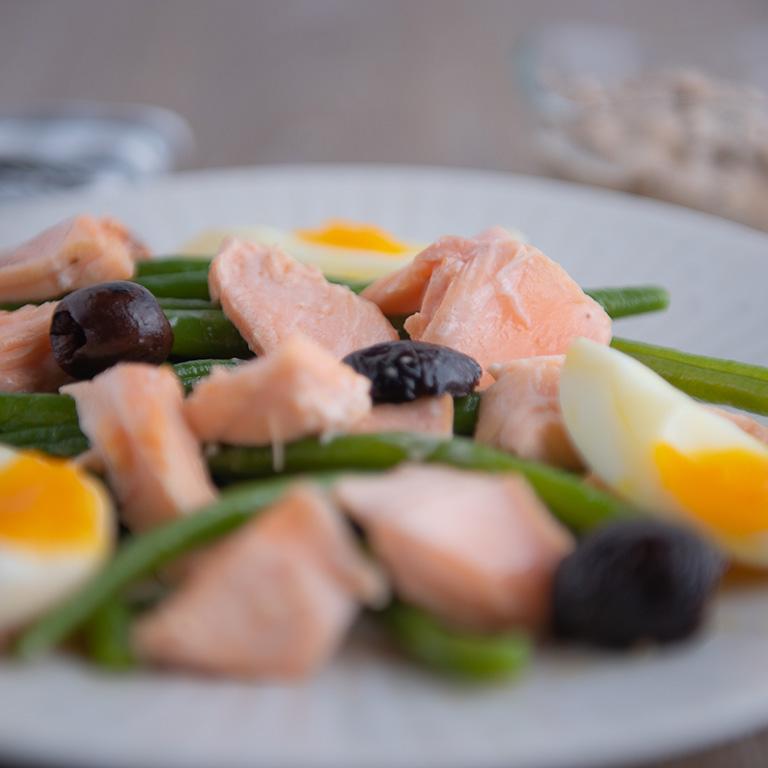 Salade niçoise au saumon, aux haricots verts et aux olives noires