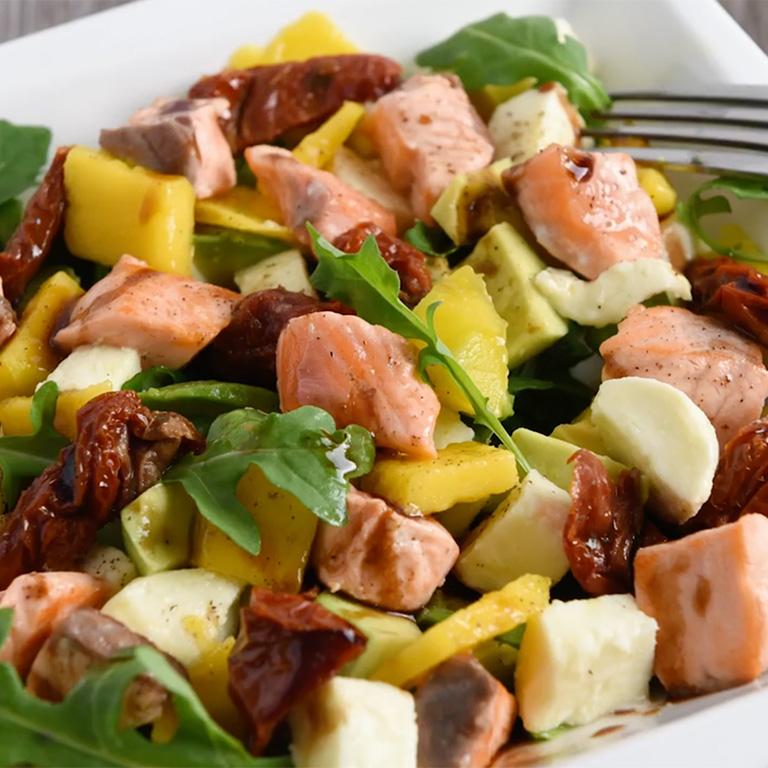 Salade de saumon, mozzarella, mangue et avocat