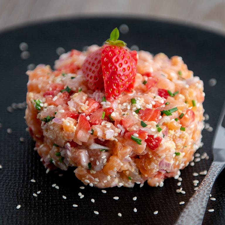 Tartare de saumon, fraises et sauce épicée