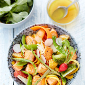 Bowl de saumon grillé aux légumes du jardin et aux agrumes