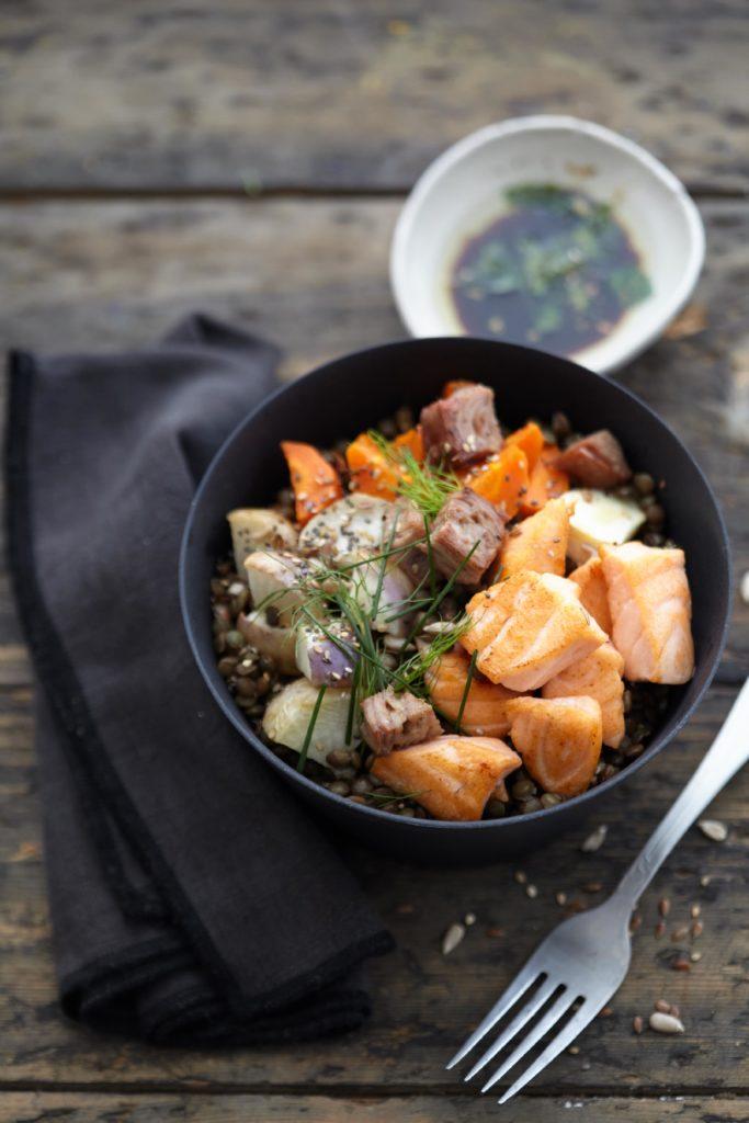 Poke bowl de lentilles au saumon Label Rouge grillé, andouille de Vire et légumes rôtis