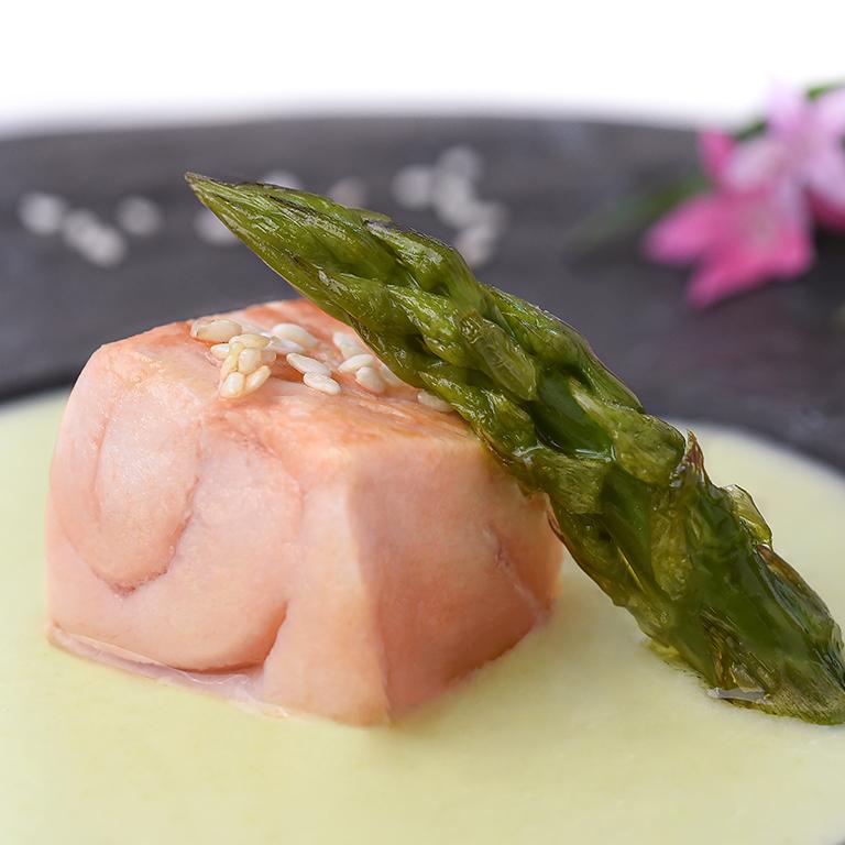 saumon mi-cuit crème d'asperge et sésame