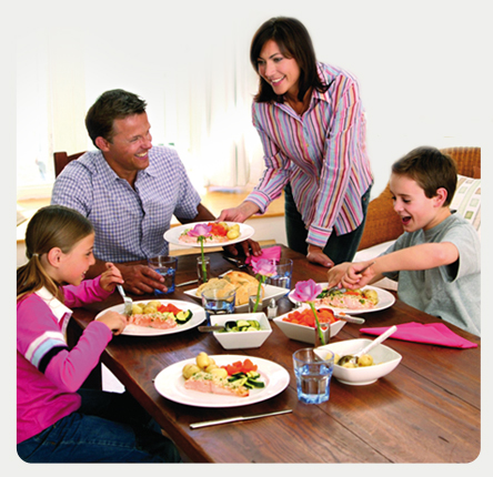 Un couple et leurs enfants mangent ensemble du saumon écossais label rouge